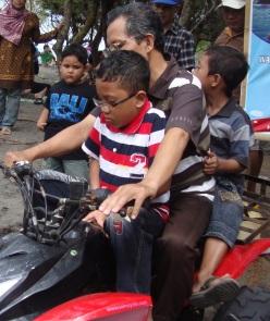 bertiga naik motor di pantai kaweru